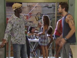 Fôjo fala para Moisés que Alexia está no hospital (Foto: Malhação / TV Globo)