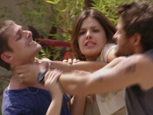 Cristal chega e manda Moisés largar Tomás (Foto: Malhação / TV Globo)
