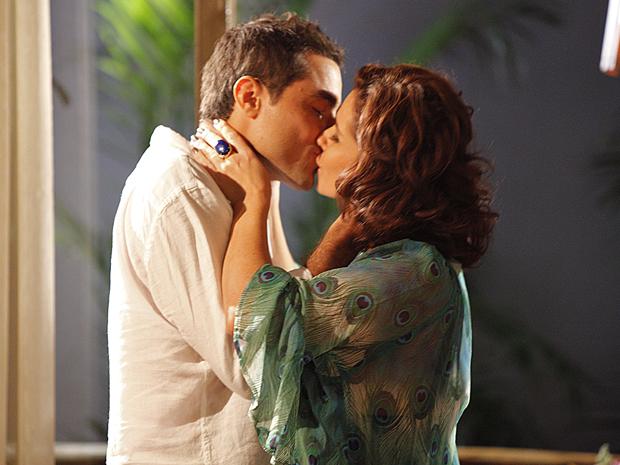 Longe das confusões, Vicente e Claudia se beijam (Foto: Aquele Beijo/TV Globo)