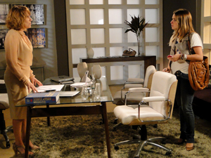 Danielle conta a verdade para Beatriz (Foto: Fina Estampa / TV Globo)