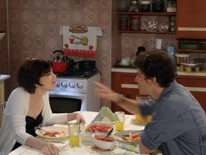 Apaixonado, Gabriel até preparou jantar romântico para a namorada (Foto: Malhação / TV Globo)