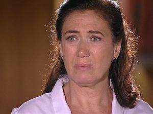 Griselda sofre com a notícia (Foto: Fina Estampa / TV Globo)