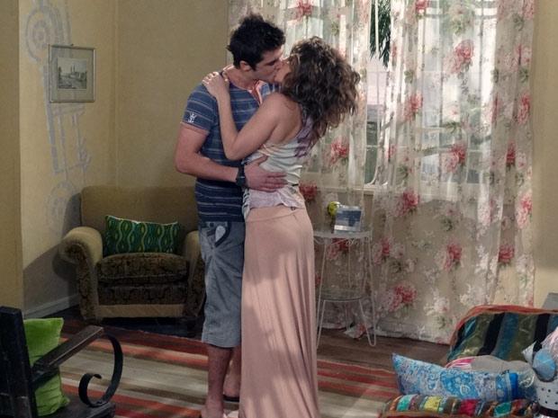 Laura oferece emprego a Guido e ele lhe rouba um beijo (Foto: Malhação / TV Globo)