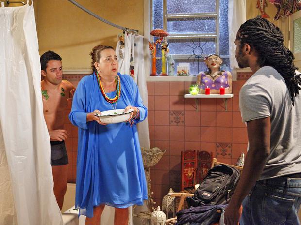 Herondí flagra Iara dando banho em um cliente (Foto: Aquele Beijo/TV Globo)
