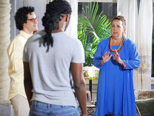 Iara diz para Herondí que vai voltar a dar seus banhos (Foto: Aquele Beijo/TV Globo)