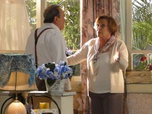 Ela pede para que o marceneiro faça análise (Foto: A Vida da Gente/ TV Globo)