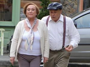 Iná flagra Laudelino com Dolores e vai embora para casa, furiosa (Foto: A Vida da Gente/ TV Globo)