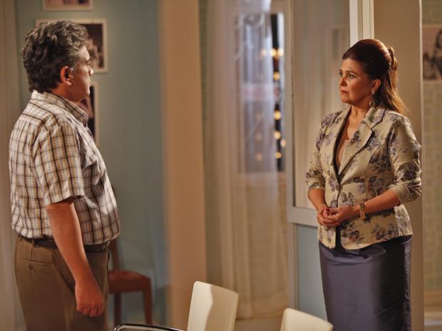 Íntima se recusa a ir ao hospital visitar Belezina (Foto: Aquele Beijo/TV Globo)