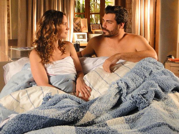 Laura avisa que irá ficar dois anos fora e casal termina o namoro (Foto: A Vida da Gente/ TV Globo)