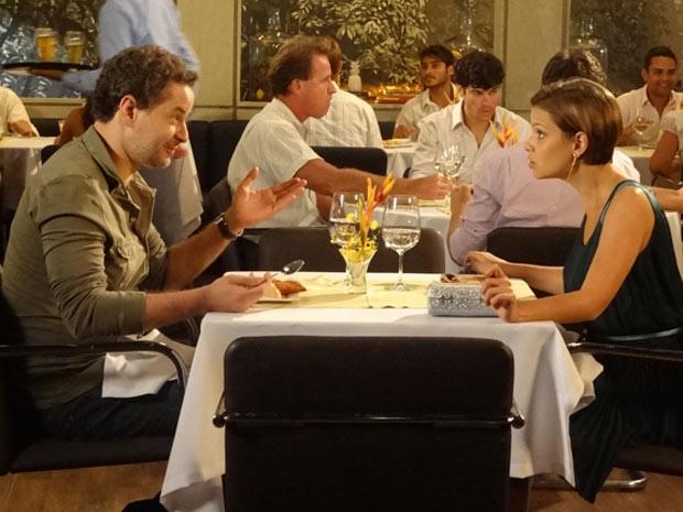 Paulo não para de falar em Esther e irrita Vanessa (Foto: Fina Estampa/TV Globo)