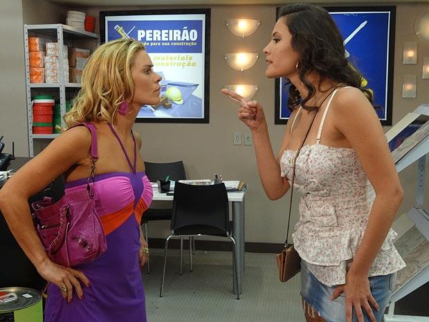 No meio da loja de Griselda, Teodora e Deborah trocam farpas (Foto: Fina Estampa / TV Globo)