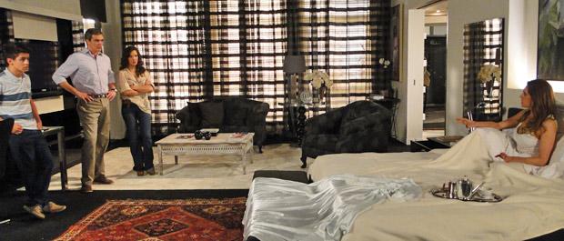 René resolve voltar a morar na mansão para ficar do lado dos filhos (Foto: Fina Estampa/TV Globo)