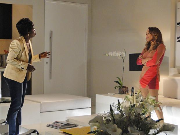 Pela primeira vez, Deusa bate de frente com Grace Kelly por causa do Covil do Bagre (Foto: Aquele Beijo/TV Globo)