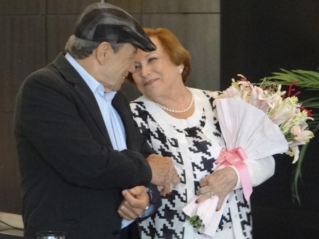 Iná e Laudelino saem do cinema abraçados e apaixonados (Foto: A Vida da Gente / TV Globo)