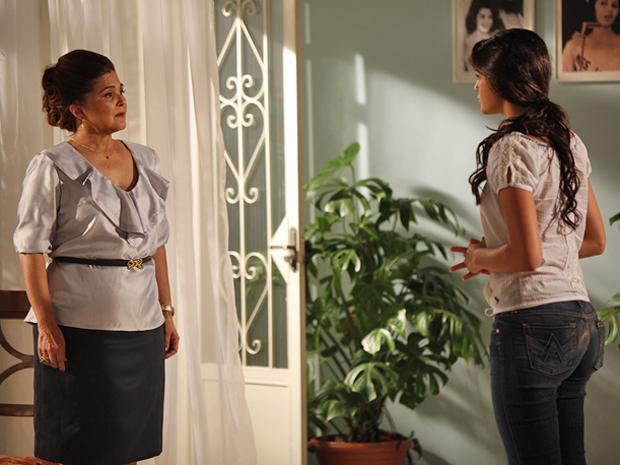 Íntima concorda em ajudar Belezinha no processo de anulação do casamento (Foto: Aquele Beijo/TV Globo)