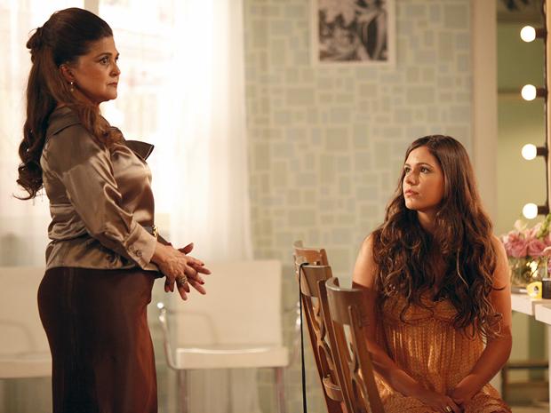 Íntima tem que engolir a vontade de Graciosa e aceita que a jovem namore Orlandinho (Foto: Aquele Beijo/TV Globo)