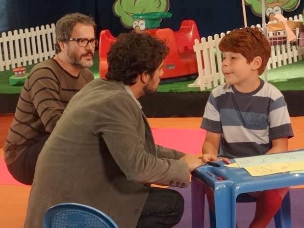 Lourenço fica arrasado ao ver o descaso com que Cris e Jonas tratam Tiago (Foto: A Vida da Gente / TV Globo)