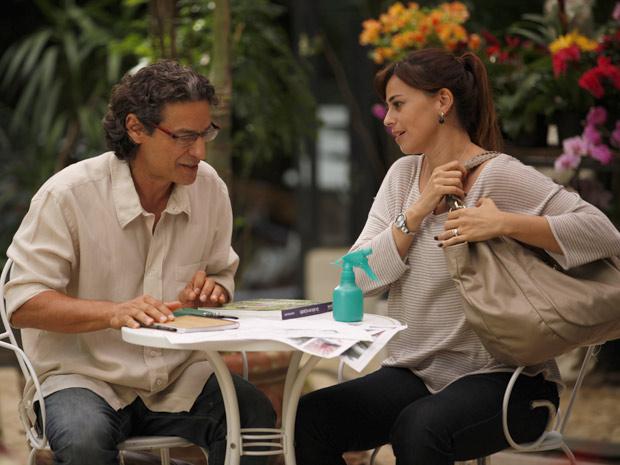 Suzana pergunta se Renato topa trablhar como seu assistente (Foto: A Vida da Gente / TV Globo)