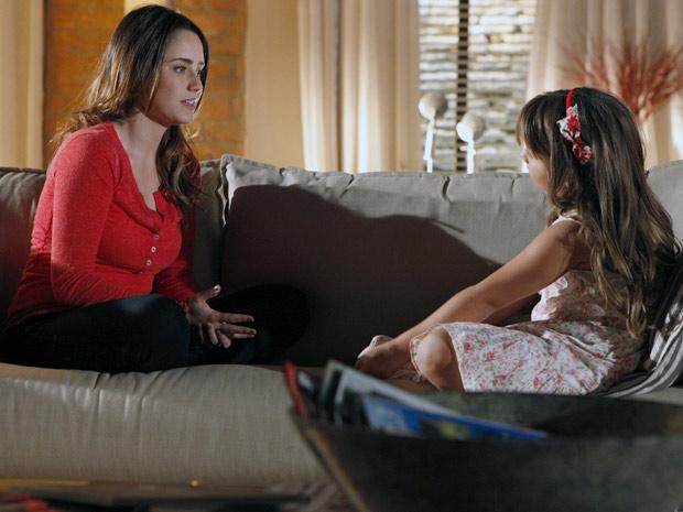 Ana resolve contar para Júlia que voltou a namorar Lúcio (Foto: A Vida da Gente / TV Globo)