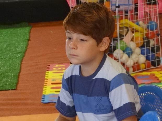 Tiago fica sozinho no Shopping (Foto: A Vida da Gente / TV Globo)