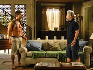 Enzo conta para Pereirinha que ouviu Álvaro dizer que Tereza Cristina tem outro segredo (Foto: Fina Estampa / TV Globo)