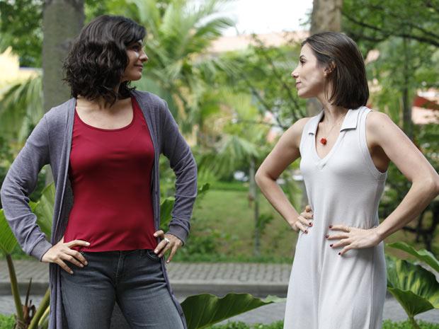 Helena Ranaldi e Tania Khallil brincam como se fossem rivais (Foto: Fina Estampa / TV Globo)