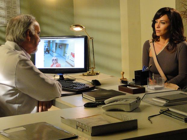 Joana diz que não reconhece a foto de Tereza Cristina disfarçada (Foto: Fina Estampa / TV Globo)