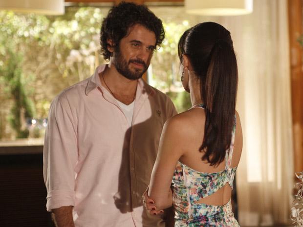 Gabriel aborda Manu para elogiar o trabalho de sua equipe  (Foto: A Vida da Gente / TV Globo)