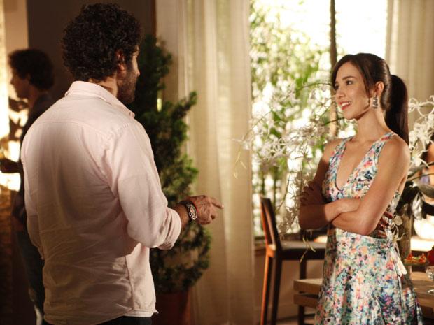 Manu fica encantada pelo charme do empresário (Foto: A Vida da Gente / TV Globo)