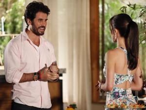 Gabriel explica o projeto ecológico de seu hotel para Manu (Foto: A Vida da Gente / TV Globo)