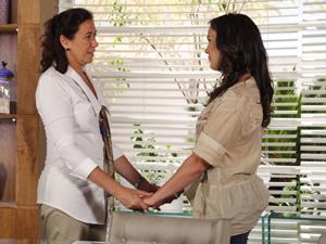 A moça faz uma visita após o escândalo envolvendo Tereza Cristina (Foto: Fina Estampa/TV Globo)