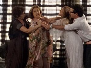 Crô impede que a patroa cometa uma loucura (Foto: Fina Estampa/TV Globo)