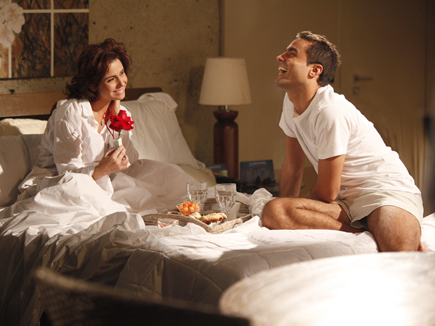 Em clima de lua de mel, Vicente leva café da manhã na cama para Claudia (Foto: Aquele Beijo/TV Globo)
