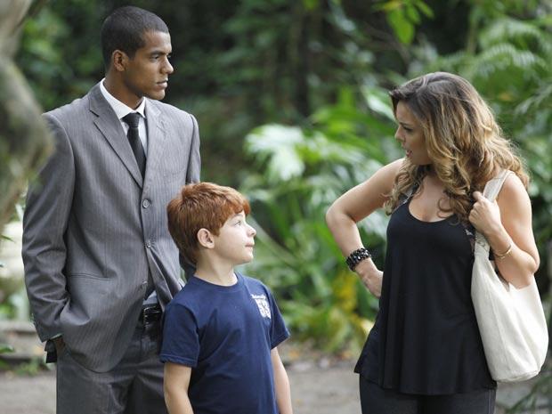 Tiago fica feliz em ver a mãe relaxada (Foto: A Vida da Gente / TV Globo)