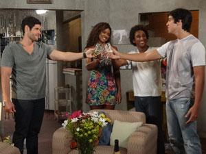 Dagmar propõe um brinde ao seu filho Leandro (Foto: Fina Estampa/TV Globo)