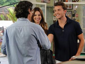 Renato cumprimenta o namorado da filha (Foto: A Vida da Gente / TV Globo)