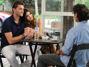 Alice explica que não vai poder aceitar o convite de Renato (Foto: A Vida da Gente / TV Globo)