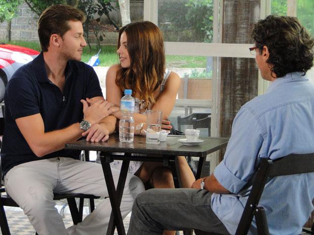 Renato se sente um pouco exluído na conversa (Foto: A Vida da Gente / TV Globo)