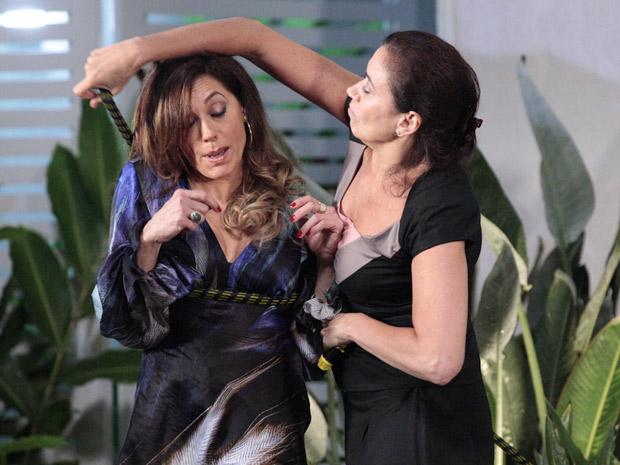 Griselda perde a paciência e resolve castigar a rival (Foto: Fina Estampa/TV Globo)