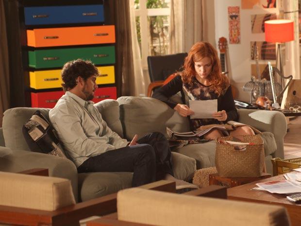 Nanda encontra partitura de Lui e se emociona (Foto: A Vida da Gente / TV Globo)