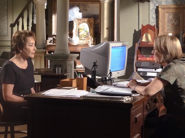 Regina descobre que José Rubens assumiu identidade de Ana Girafa (Foto: Aquele Beijo/TV Globo)