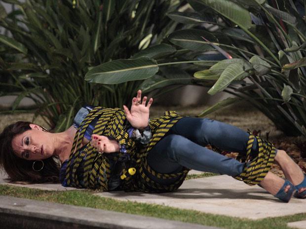 Tereza Cristina fica amarrada no jardim da mansão (Foto: Fina Estampa/TV Globo)