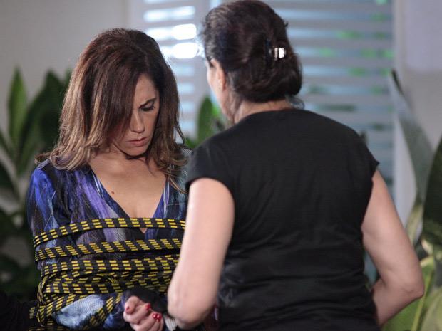 Griselda enrola Tereza Cristina com a mangueira  (Foto: Fina Estampa/TV Globo)