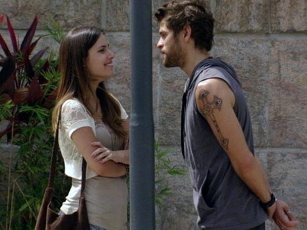 Moisés vai atrás de Cristal na faculdade para saber se Alexia está saindo com alguém