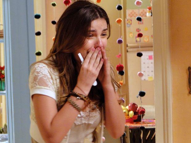 """Cristal faz o teste e descobre que está grávida. """"Deu positivo. Positivo, Babi! Eu to grávida! E agora, meu Deus?!"""" (Foto: Malhação / TV Globo)"""