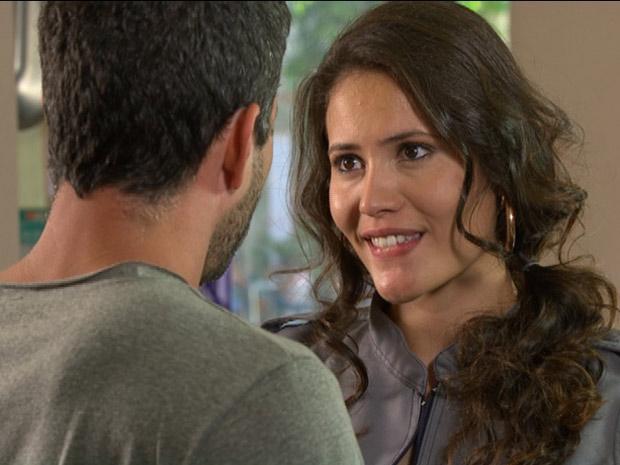 Deborah diz que está amando Quinzé (Foto: Fina Estampa / TV Globo)