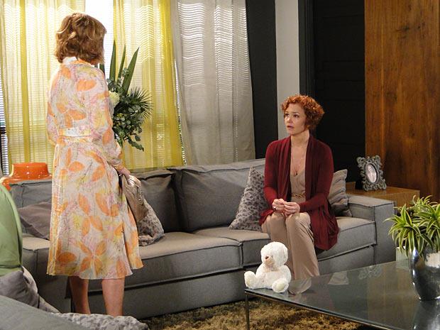 Esther fica atônita com a revelação de Danielle (Foto: Fina Estampa / TV Globo)