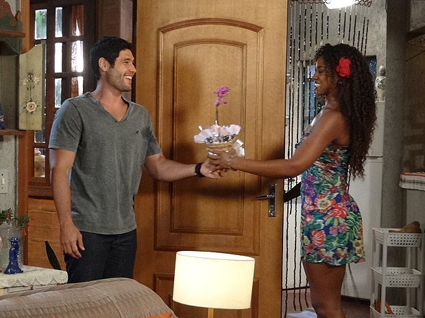 Wallace leva flores para Dagmar  (Foto: Fina Estampa/TV Globo)