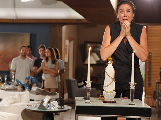 Griselda se desespera ao continuar sem notícias do filho (Foto: Fina Estampa/TV Globo)
