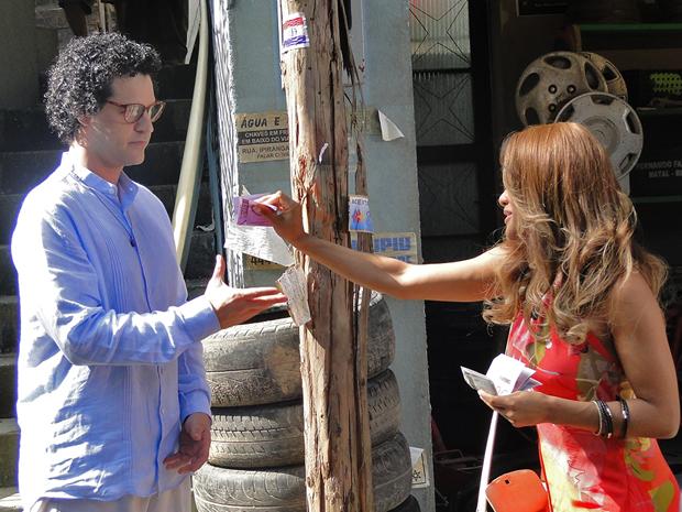 Grace Kelly dá trocada para Joselito depois de previsão (Foto: Aquele Beijo/TV Globo)
